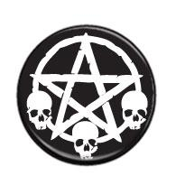 Pentagram se třemi lebkami - button